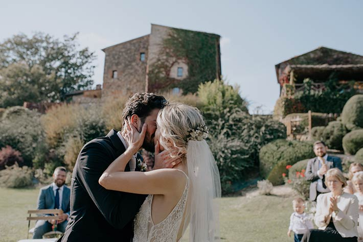 Symbolic wedding ceremony in a Tuscan Villa